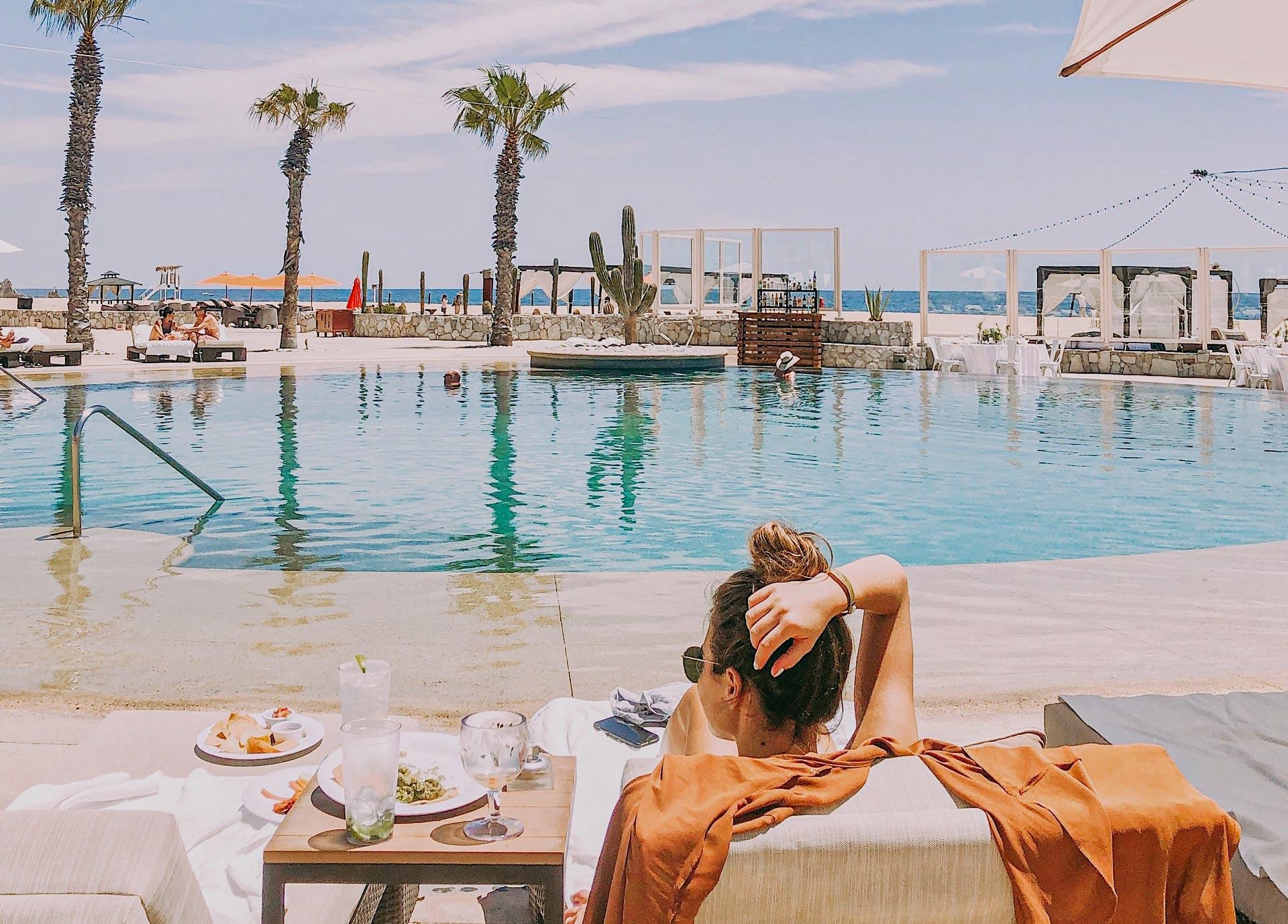 Frau am Hotelpool